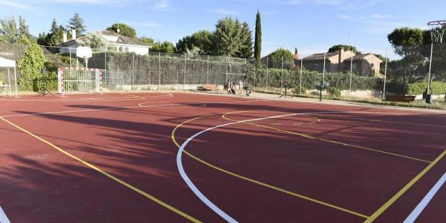 La urbanización Valdecabañas renueva sus pistas polideportivas