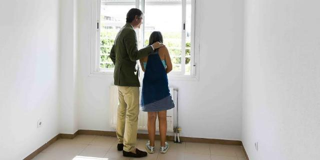 La EMSV entrega a familias en situación de necesidad cinco viviendas