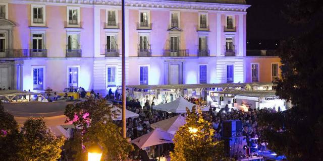 Gran afluencia de personas en la primera edición del Mercado de Palacio