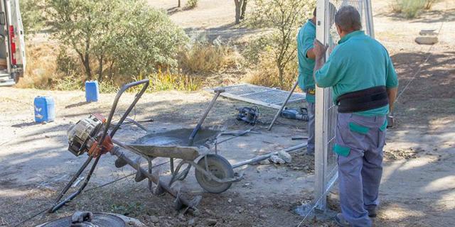 Continúa las labores de vallado en las parcelas municipales